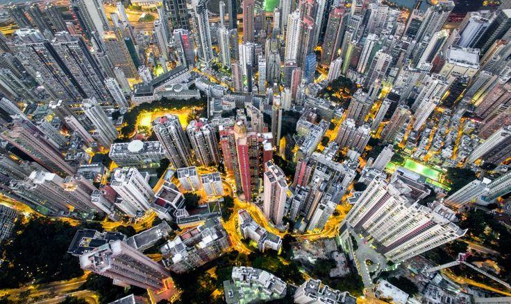 Straßen aus Licht: Die orangefarbene Straßenbeleuchtung Hongkongs lässt die...