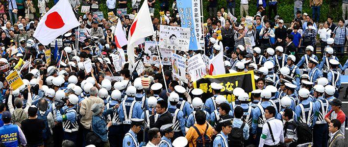Le 24 mai 2016, la Diète nationale a finalement décidé d'agir pour endiguer la vague de racisme et de xénophobie qui balaye le Japon, et adopté, pour la première fois dans l'histoire de ce pays, une loi visant à réprimer les propos haineux. Furuya Tsunehira examine l'impact et les limites de ce texte de loi, ainsi que les problèmes qu'il reste à résoudre pour que le Japon puisse mettre un terme à cette nuisance d'ici 2020, année des Jeux olympiques de Tokyo.