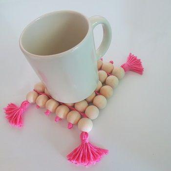 DIY Fête des mères - Dessous de plat perles de bois et pompons