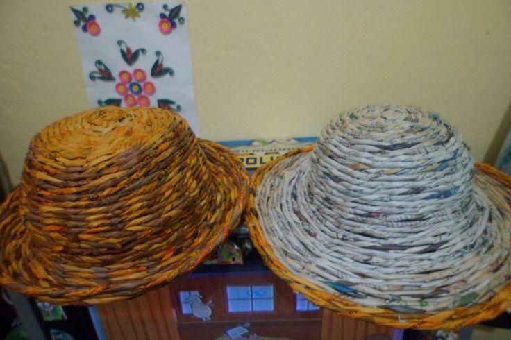 Sombreros reciclados con papel periodico...