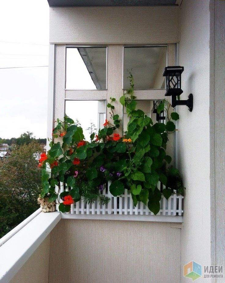 Декор балкона, цветы и фонарик на балконе, зеркальная плитка