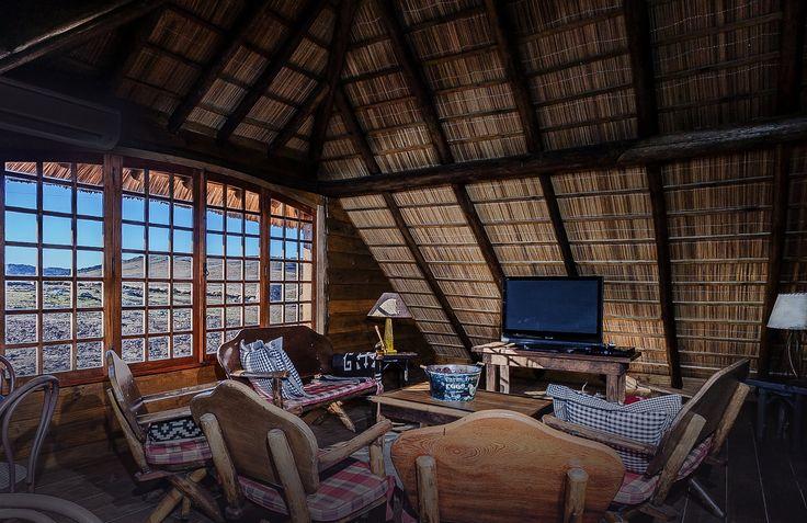 Na área social, uma agradável sala de estar com enorme Lareira de Pedra, Bar, Mesa de Bilhar e um pequeno Cinema. #paradorcasadamontanha #ecovillage #cambaradosul #lazer #experiencias