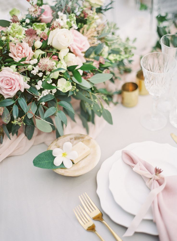 Blush wedding table decor | Photography: Oliver Fly - http://oliverfly.com/