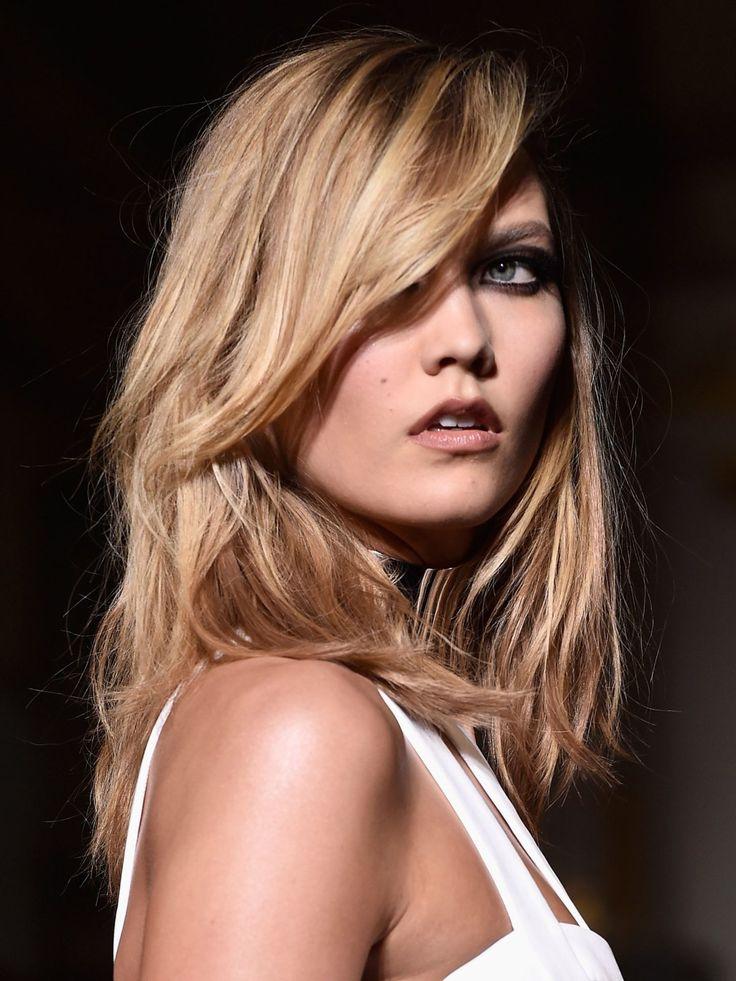 """Ihren """"The Karlie""""-Cut hat sich Karlie Kloss rauswachsen lassen - heute trägt das Model eine Frisur mittellang. Die Stufen undblonden…"""