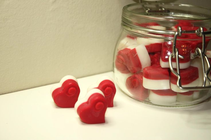 Hand Poured Strawberry & Rhubarb Scented Soya Wax Melts - Kilner jar containing 30 heart-shaped wax melts