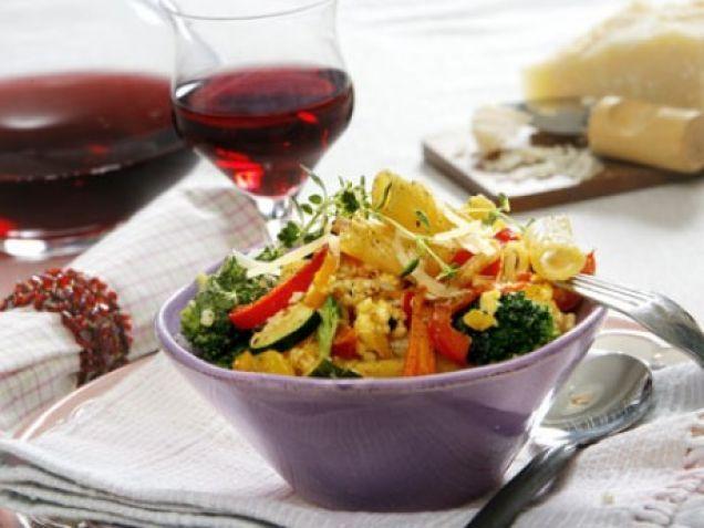 Stek grönsaker, blanda med nykokt pasta och rör sen i en ost- och äggblandning.