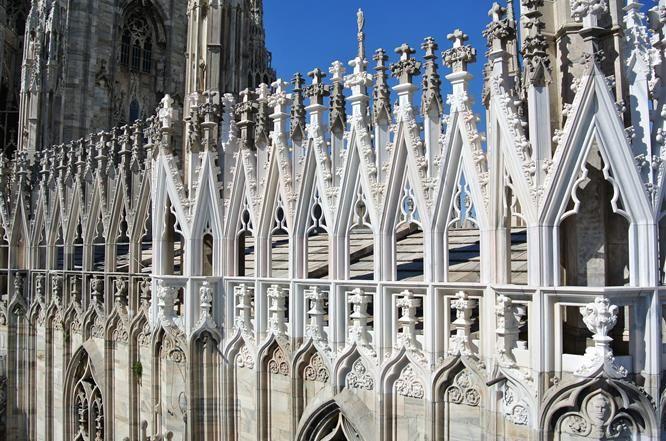 I Grandi Cantieri - dalla falconatura restaurata splende il colore bianco del marmo di Candoglia. #duomodimilano #milancathedral #AdottaUnaGuglia #GetYourSpire