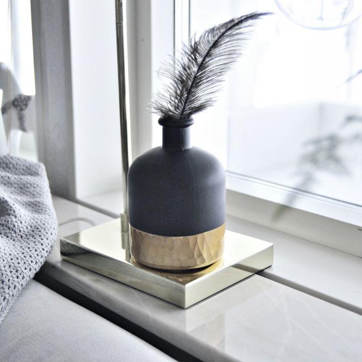 Svart matt vas med snyggt guldigt mönster i nederkant.