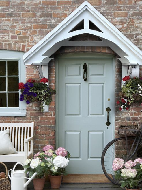 I love the way this colourful front door makes this entrance so inviting