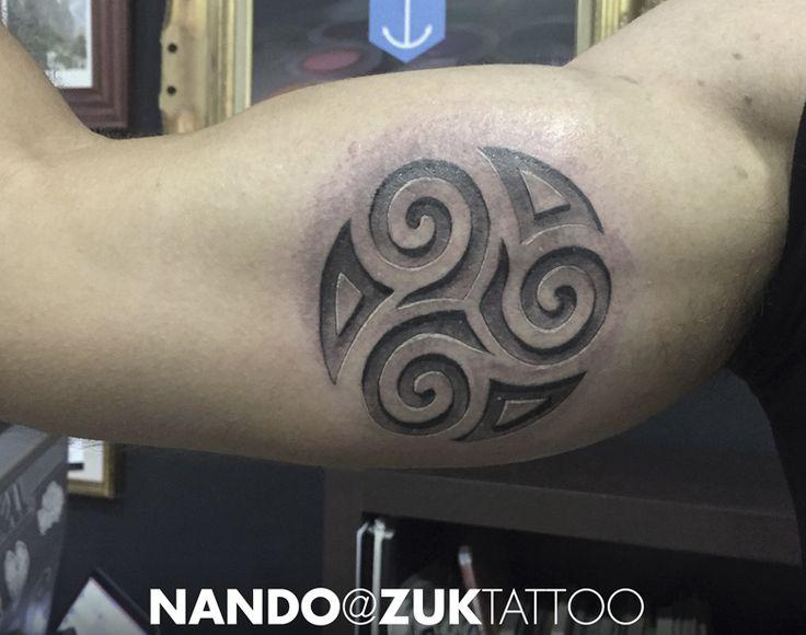 Tatuaje de un trisquel con efecto relieve.