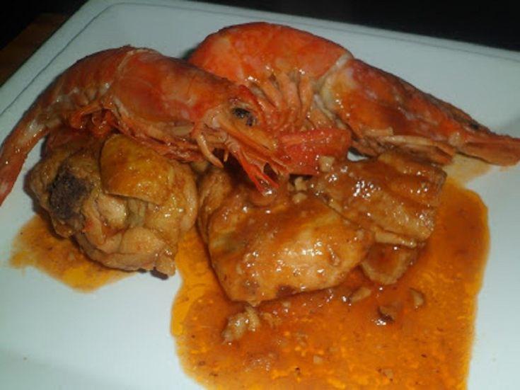 El pollo con gambas o mar y montaña, es una combinación de carne y pescado. Un plato tradicional de la gastronomía de Cataluña, un plato excelent...