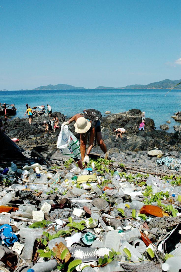 Organisasjonen Trash Hero seiler ut til øde strender og rensker dem for plastposer, flasker og annet søppel. Hvert år havner minst åtte millioner tonn plast i verdenshavene. Fem land i Asia står for halvparten av søppelet.