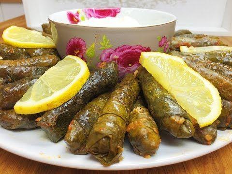 Vegetarisch Gefüllte Weintraubenblätter / Zeytinyagli Yaprak Sarmasi    Zutaten für ca. 8-10 Personen als Hauptspeise:  - 650-700 g Weintraubenblätter  Für die Füllung: - 3,5 Tassen Reis - 1 Bund glatte Petersilie - 3 große oder 6 kleine Zwiebeln - 3 gehäufte EL Tomatenmark - 6 EL Olivenöl - 50 g geschmolzene Butter - Salz/Pfeffer  Für die Sauce: - 5 EL Olivenöl - 1 EL Tomatenmark - Saft von 3 Zitronen - Salz - Ca. 1 l gekochtes Wasser