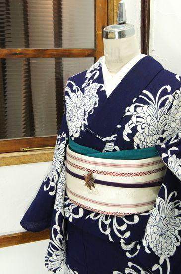 濃紺の地に清々しい白一色で浮かび上がる巴錦のような厚走り咲きの菊花が凛と美しい注染レトロ浴衣です。 #kimono