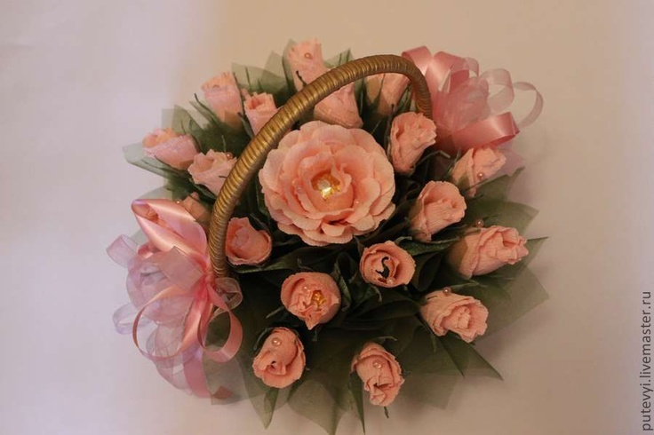 Букеты ручной работы. Ярмарка Мастеров - ручная работа Букет из конфет Розовые розы в золотой корзине. Handmade.