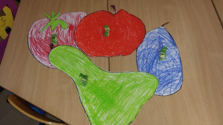 Prentenboek rupsje nooit genoeg (verwerking) in thema boeken.  Fruit tekenen met pastelkrijt. Rupsje gevouwen uit papier.