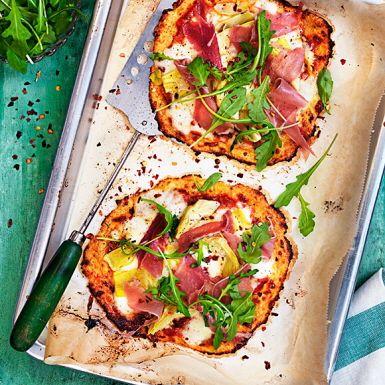 Haka på den senaste trenden – att baka pizza på blomkål! Perfekt för alla vill äta mindre kolhydrater, är glutenintoleranta eller bara vill göra en riktigt mumsig pizza med fyllig smak. Vad du toppar blomkålspizzan med väljer du själv, men vi gillar italiensk topping.