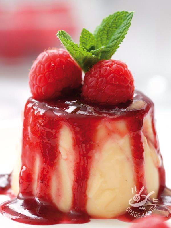 Panna cotta with raspberry sauce - Sofficissima e delicata la Panna cotta con salsa di lamponi vi farà leccare i baffi a ogni cucchiaiata. Semplice e infallibile nel risultato. #pannacotta #pannacottaailamponi