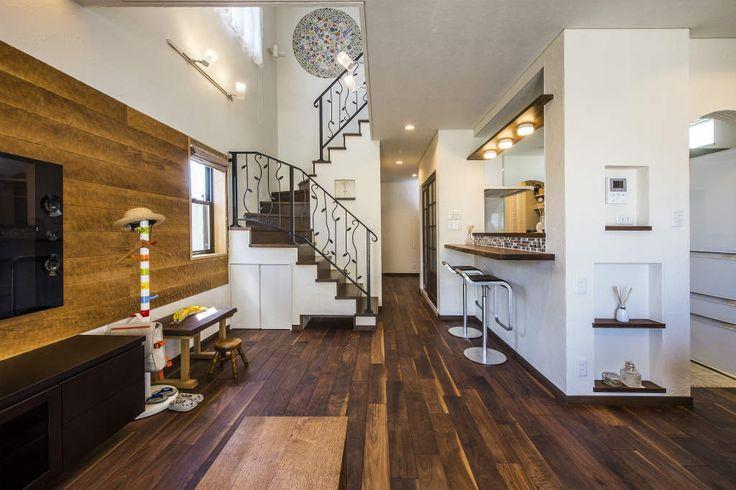 アジアのモダンリゾートテイストを取り入れた家。ウォールナットの床材がシックな印象。壁にスプーンカットの板を取り付け個性的に。