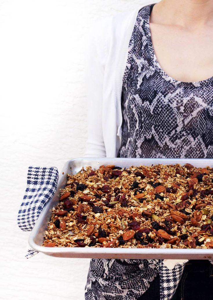 Granola casera extra crujiente con diversas semillas y cereales. Rendidora y saludable / en malabarista.