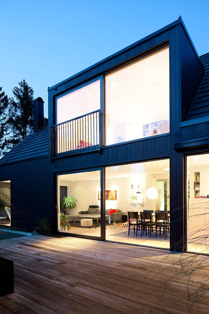 På en för platsen typisk sommarstugetomt ville ett ungt par uppföra ett hus som skulle vara ytterst modernt och samtidigt passa för ett flexibelt familjeliv.