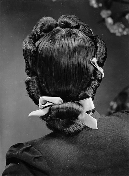 Marvelous 1930s/40s back rolls hairstyle.