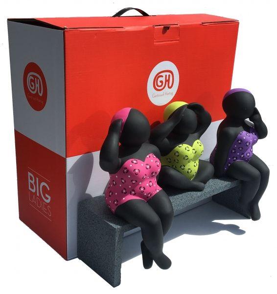 Big ladies die op een bankje zitten in drie verschillende kleuren en houdingen. De big Ladies zijn gemaakt van hoogwaardige kunsthars. Het formaat is 30 x 41 x 15 cm. De big ladies bestaan uit 4 losse delen. Elk beeld kan ook afzonderlijk neer gezet worden. De big ladies zijn voorzien van een handtekening en elke big lady is afzonderlijk genummerd. De editie is 100. De big ladies zitten in een trendy rood/witte geschenkverpakking. €225,-