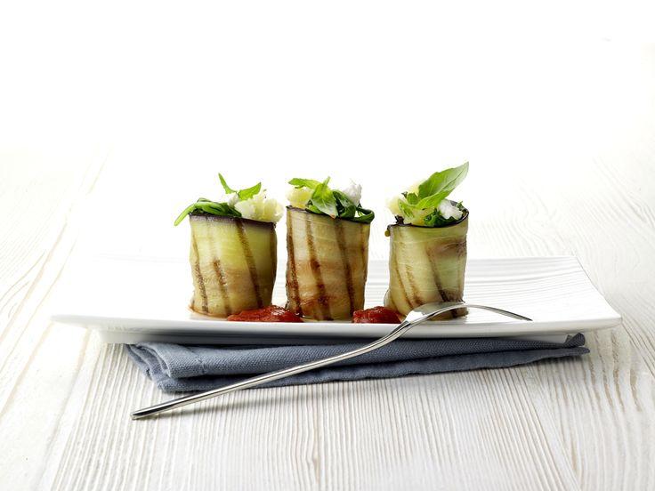 Snijd de aubergines in plakken vanongeveer0,5 cm. Grill de auberginein voldoende olijfolie en laat uitlekken op keukenpapier. Was de spinazie, blancheer in licht gezouten water en laat afkoelen. Hak de …