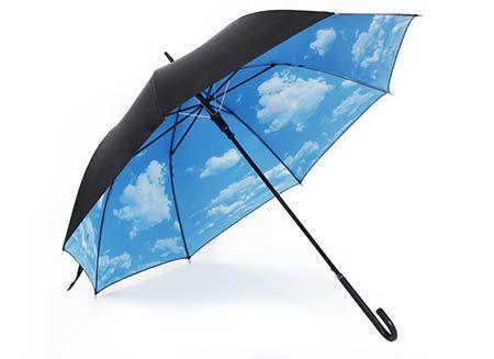 Umbrela insorita cu nori frumosi si pufosi este tot ce ai nevoie pentru o zi ploioasa si mohorata. Umbrela Insorita aduce soarele pe strada ta