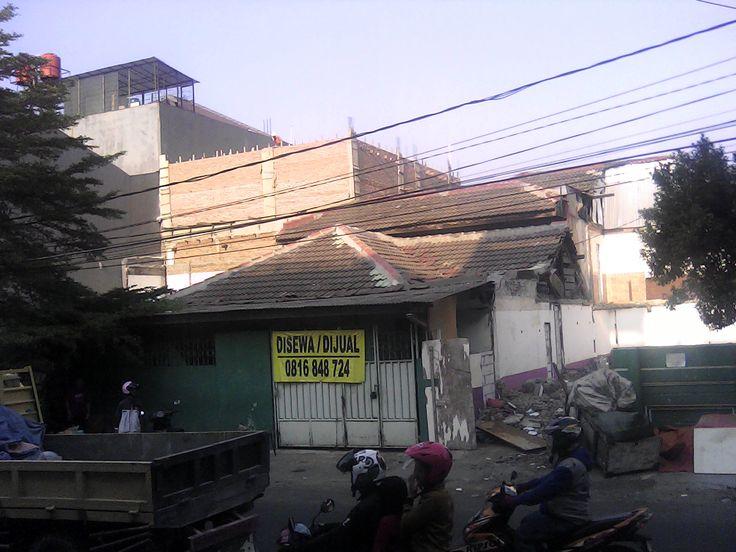 Rumah Muara Karang Blok.5 DISEWA (strategis untuk usaha) 1.Lokasi : Muara Karang Blok.N5 Barat No.29 Jakarta Utara (sangat strategis untuk usaha) 2.Berapa Lantai : 1,5 Lantai Rumah Tua, untuk usaha / untuk tinggal 3.Ukuran : 10 x 17m 4.Listrik & Air : Listrik 2200 watt + Air Pam 5.Harga Sewa : Rp.50.000.000 Setahun 6.Harga Jual : Rp.6 M 7.Surat surat : Sertifikat Hak Milik 8.Kontak Person : 0816 8487 24 9.Cocok Untuk : Buka usaha apa saja cocok
