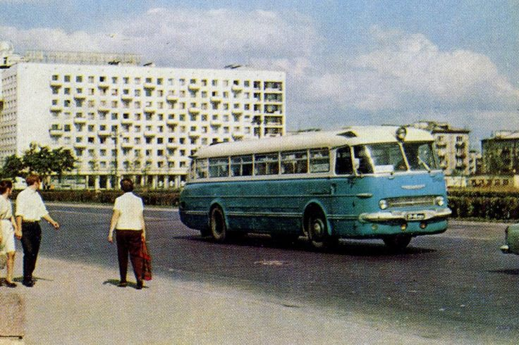 Голубая Ракета междугородней колонны первого автобусного парка на Московском проспекте в Ленинграде. Парочка оглядывается, услышав рёв двигателя.