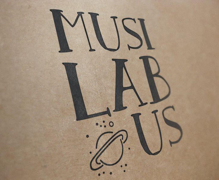 Logo Musilabus diseñado por La Mottora sobre textura de cartón
