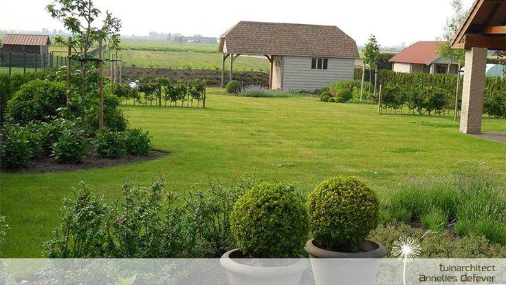 Grote tuin met bolvormen in zevekote deze recent aangelegde tuin is nog volop in groei de - Hoe aangelegde tuin ...