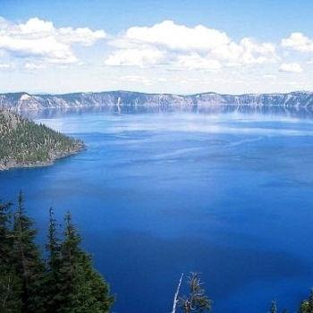 A 100 km au nord de Klamath Falls, dans l'Oregon, on trouve le volcan Mazama et son célèbre lac.    Le Crater Lake a donné son nom à un parc national.