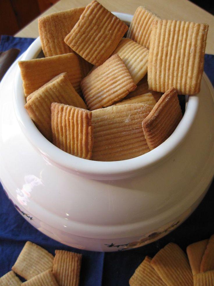 Ricetta per fare in casa i Rigoli del Mulino Bianco, semplici biscotti al latte e miele. Frollini ideali per la colazione con ingredienti sani e e genuini