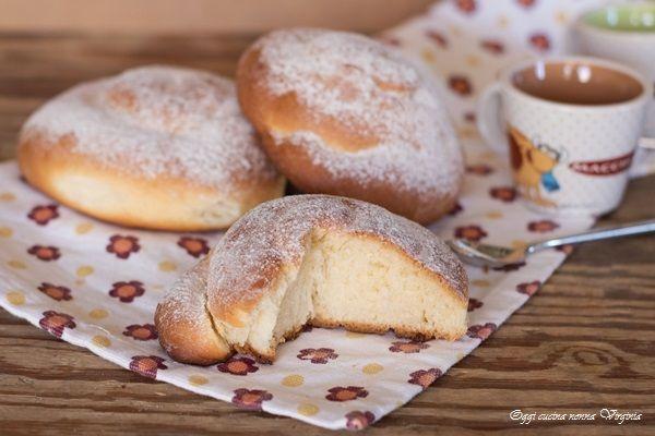 L'ensaimada è una brioche sofficissima fatta a spirale da mangiare semplicemente cosparsa di zucchero a velo oppure farcita tipica dell'isola di Maiorca.