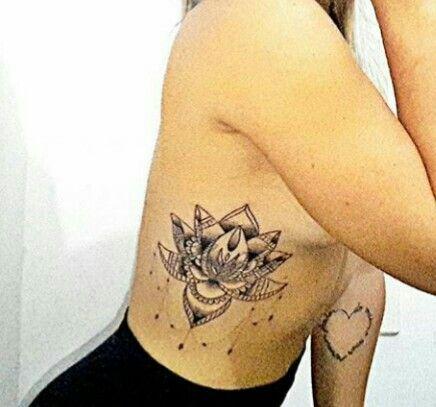 Tatuagens femininas na costela com flores