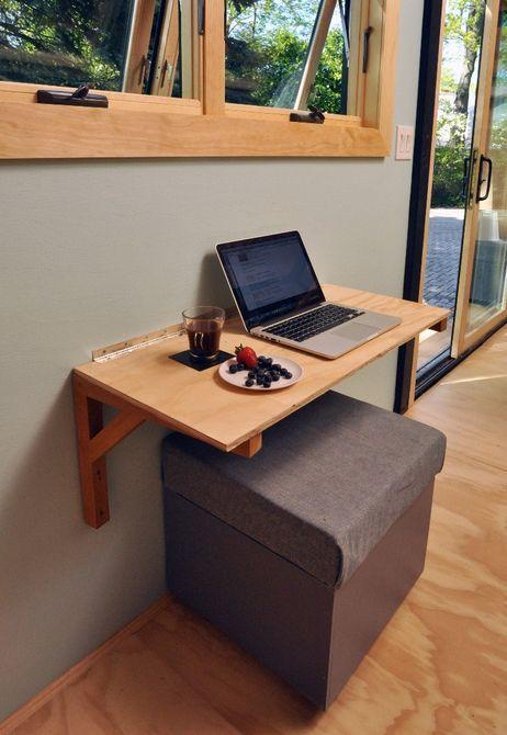 Небольшой обеденный стол удваивается как рабочего пространства