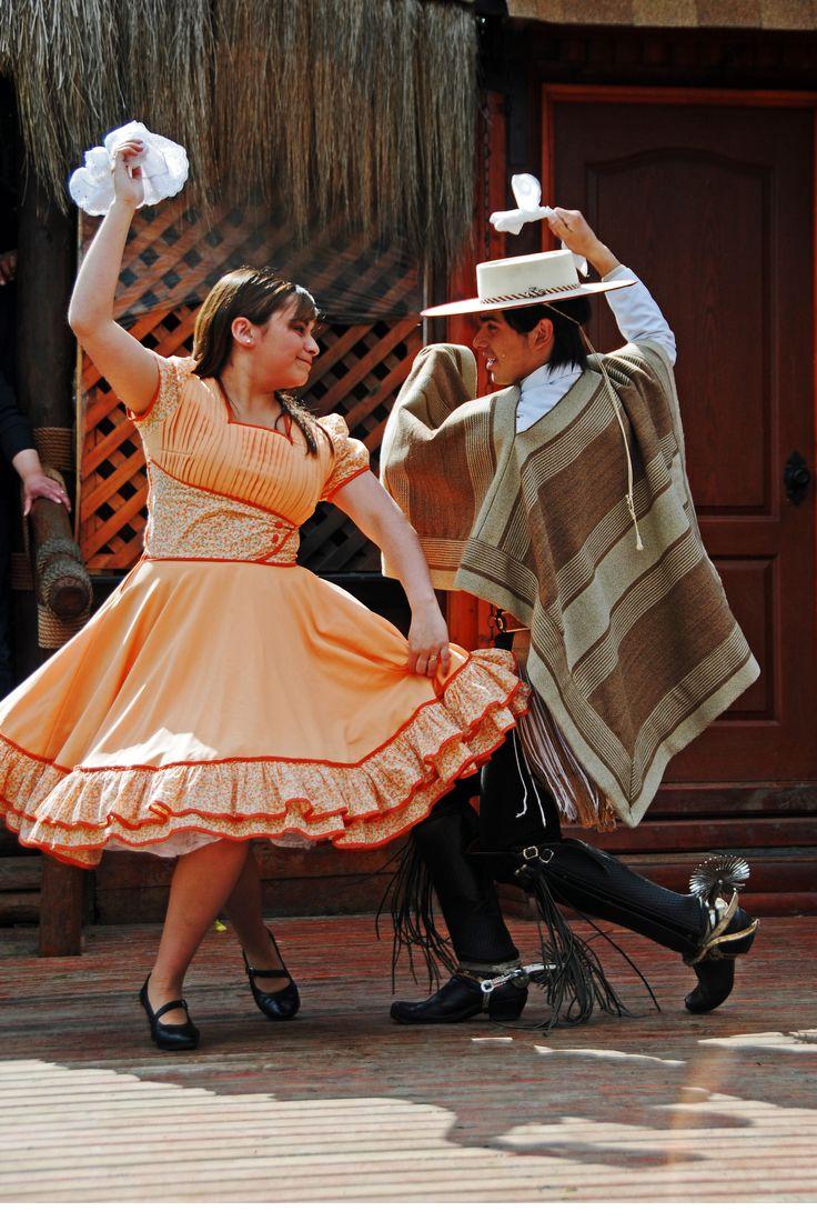 Chileans bailan cueca.