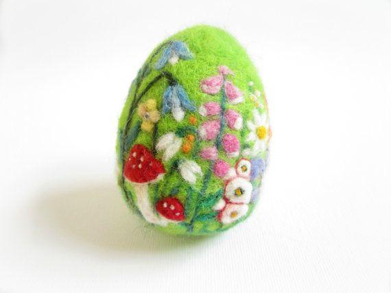 Nadel Gefilzte Ei aus reinen Flyer wolle ein Gezackter Einnadel und viel Liebe hergestellt. Diese Nadel Filz Ei Mini-Landschaft konzentriert sich auf die Biene und Schmetterling Blumen wie Gänseblümchen, Glockenblumen, Primrose, Stockrose, Fingerhut, zieht Schneeglöckchen.., etc.but du einige niedliche findest Pilze darauf auch. Mit lebendigen Farben, komplizierte Details, sind die Farben weich und verträumt, mit einer Mischung von Texturen. Ich benutze einer Vielzahl von Wollfasern zu Filz…