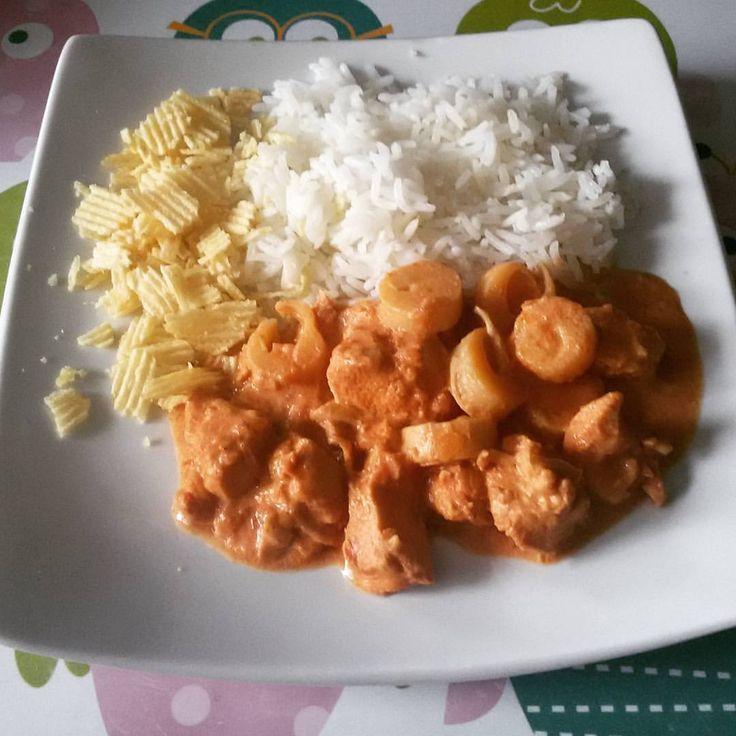 ESTROGONOFE DE FRANGO NA PRESSÃO INGREDIENTES: 1 kg de filé de peito de frango cortado em cubos; 1 colh de sopa de azeite; 3 colh de sopa de cebola ralada (picada ou triturada); 1 colh de sopa de alho amassado (ralado ou triturado); 1 sache de caldo de frango; 1 xíc de molho de tomate; 5 colheres de sopa de ketchup, 3 colh sopa de mostarda, 2/3 xic de molho ingles, 1 cx de creme de leite ou 1 pote de creme de ricota, 150 gr de champignom em laminas