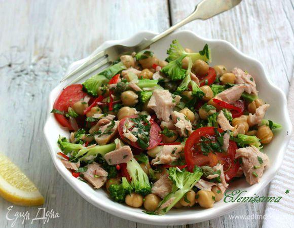 Салат с нутом и тунцом. Ингредиенты: нут консервированный, тунец консервированный, каперсы маринованные