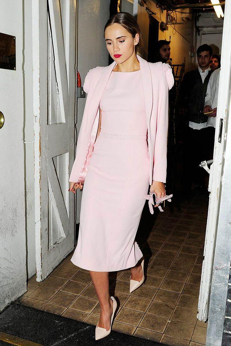Suki Waterhouse escogió el color rosa candy con un vestido con capa de la colección Alta costura
