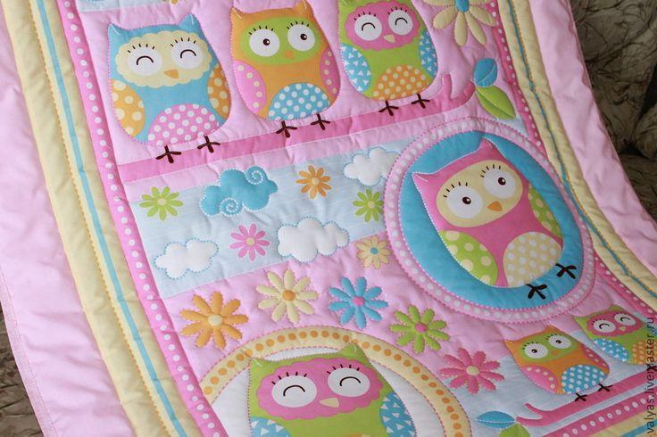 Купить или заказать Одеяло детское 'Совята' розовое в интернет-магазине на Ярмарке Мастеров. Выполню на заказ по вашим размерам. Легкое, уютное, мягкое, нежное и очень яркое в смысле позитивное детское одеяльце для маленькой принцессы.Размер его 100х120 см. Выполнено из хлопковой панелис добавлением бордюр.Простегано по контуру рисунков. На заказ выполню другие размеры , цена обговаривается. . Наполнитель синтепон.Легко стирается. быстро сохнет. На фото одеяла разных размеров.
