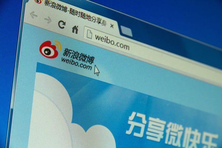 Como consecuencia de los disturbios en Urumchi, el gobierno chino cerró la mayoría de redes sociales. Por tanto, algunas como Twitter, Facebook y Plurk, quedaron bloqueadas a nivel nacional. SINA Corporation reaccionó ante la censura y lanzó una versión de prueba de Sina Weibo, alternativa de comunicación mediante microblogging que integraba características iguales a las de otras redes sociales.