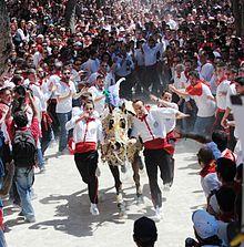 Los Caballos del Vino es un festejo que tiene lugar en Caravaca de la Cruz (Murcia) España. La mañana del día 2 de Mayo, víspera de la Fiesta de la Cruz.