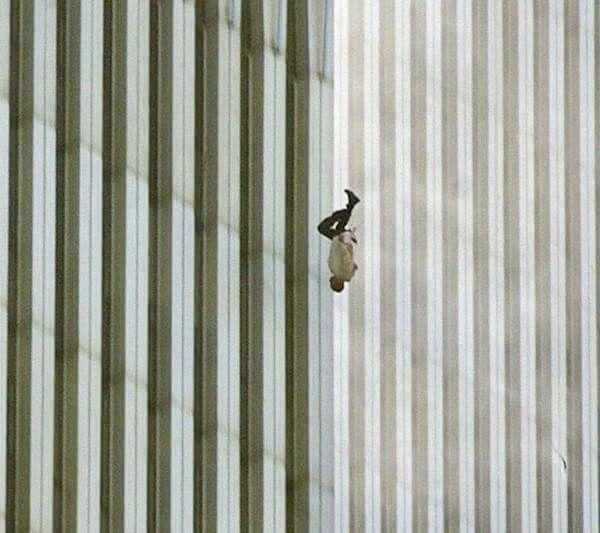 """The falling man, di Richard Drew Questa foto è stata scattata alle 9.41 di quell'11 settembre 2001 ed è solo una di una serie di foto di persone che scelsero di buttarsi giù dal World Trade Center. Mark T. Thompson (teologo) ha commentato: """"La più potente immagine di disperazione scattata all'inizio del ventunesimo secolo che si possa trovare in arte, lettereatura o musica popolare. Tutto in una sola foto."""""""
