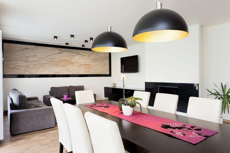 Salon ze stołem jadalnianym i pięknymi nowoczesnymi lampami. #design #urządzanie #urząrzaniewnętrz #urządzaniewnętrza #inspiracja #inspiracje #dekoracja #dekoracje #dom #mieszkanie #pokój #aranżacje #aranżacja #aranżacjewnętrz #aranżacjawnętrz #aranżowanie #aranżowaniewnętrz #ozdoby #salon #salony #stół #stoły #lampa #lampy
