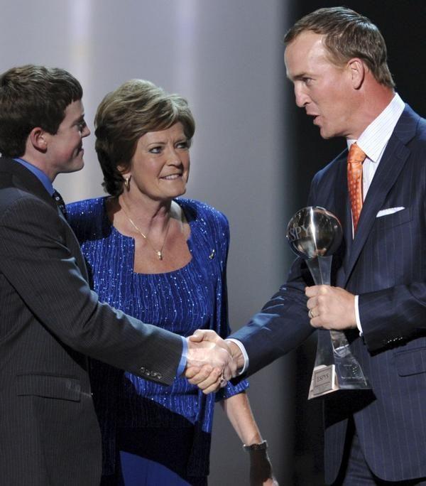 Peyton Manning makes $500,000 donation to Pat Summitt Foundation