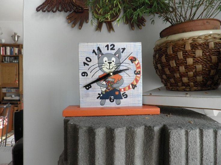 Macskás falióra. Cat wall clock with silent clockwork.